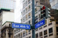 Interseção da rua do leste 40th e da 5a avenida em New York Fotografia de Stock