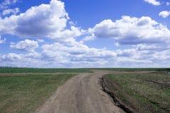 Interseção das estradas de terra em um fundo do céu azul Imagens de Stock Royalty Free