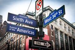 Interseção dos sinais de rua de NYC em Manhattan, New York City Imagem de Stock