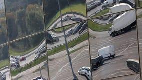 Interseção e estacionamento da cidade na reflexão em janelas vídeos de arquivo