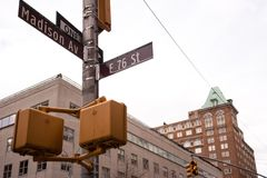 Interseção em Madison Ave e na 76th rua em NYC Foto de Stock Royalty Free