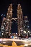 Interseção na frente do marco famoso durante a noite fotos de stock