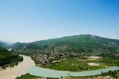 Interseções dos rios nas montanhas de Geórgia fotos de stock