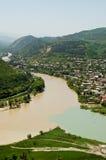 Interseções dos rios nas montanhas de Geórgia foto de stock