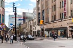 Intersección de Carlton, universidad y de Yonge en Toronto Imagen de archivo libre de regalías