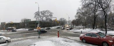 Intersección de la avenida de Woodycrest y de Jerome durante nieve en Bron imágenes de archivo libres de regalías
