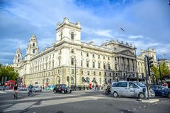 Intersección de la calle del parlamento con Parliament Square en el extremo del noroeste del palacio de Westminster, Londres, Rei foto de archivo