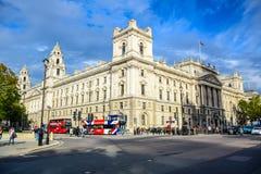 Intersección de la calle del parlamento con Parliament Square en el extremo del noroeste del palacio de Westminster, Londres, Rei imagenes de archivo