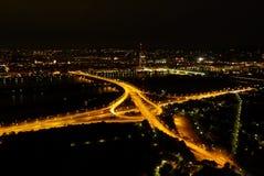 Intersección de la carretera en la noche Foto de archivo libre de regalías