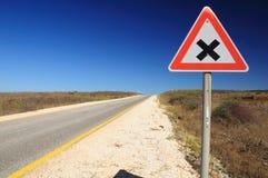 Intersección de la señal de tráfico. Foto de archivo