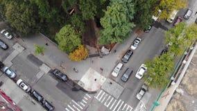 Intersección de New York City con la calzada de peatones en Manhattan almacen de video