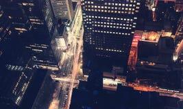 Intersección de New York City en la noche Imagen de archivo