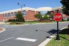 Intersección del camino con la muestra de la parada cerca de la oficina Fotografía de archivo