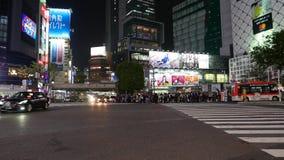 Intersección diagonal en la noche, Tokio, Japón del despegue en tiempo mínimo de Shibuya almacen de metraje de vídeo