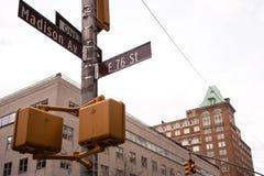 Intersección en Madison Ave y la 76.a calle en NYC Foto de archivo libre de regalías