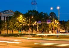 Intersección ocupada de la noche Imagen de archivo