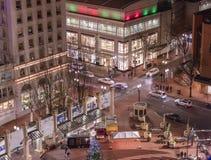 Intersección ocupada en ciudad en la noche imagen de archivo libre de regalías