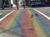 Intersección pintada bandera del orgullo gay, 3 fotografía de archivo libre de regalías