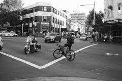 Intersection de Rider Crossing de moto en Sydney Australia photo stock