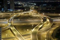 Intersection de route la nuit Photo stock