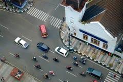 Intersection du trafic avec des voitures et des motos Image stock