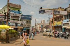 Intersection occupée dans la ville de Karaikudi photographie stock