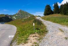 Intersection sans heurt et approximative de route Photo stock