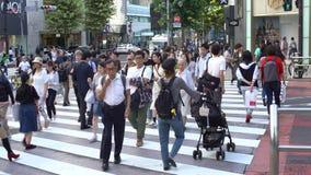 intersection Tokyo de passage pour piétons de la foule 4K Les gens brouillent le passage piéton banque de vidéos