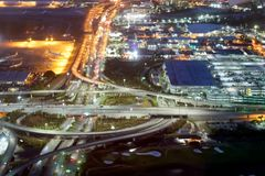 Intersections de route d'aéroport la nuit, vue aérienne Image libre de droits