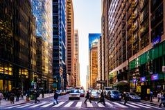 Interseção e arranha-céus ocupados no centro cidade, Philadelphfia, Imagens de Stock Royalty Free