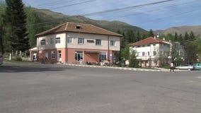 Intersezione centrale nel villaggio di Anton in Bulgaria video d archivio