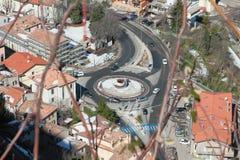 Intersezione con la rotonda, vista superiore Borgo-Maggiore, San Marino fotografia stock libera da diritti