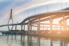 Intersezione del ponte sospeso e della strada principale fotografia stock