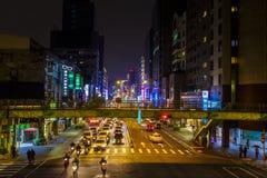 Intersezione occupata in Taipei alla notte Immagine Stock