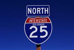 Interstate vägmärke i Colorado royaltyfria bilder