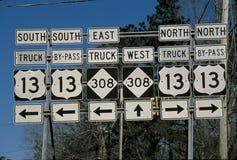 Interstate vägmärken med riktningspilar Arkivfoto