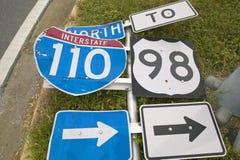 Interstate vägmärken som slås ner från orkan Royaltyfri Fotografi