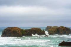 Intertidal Rotsen door het overzees worden omringd die stock foto