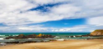 Intertidale Felsen auf Dichtungs-Felsen-Strand Stockbilder