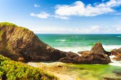 Intertidale Felsen auf Dichtungs-Felsen-Strand Stockfoto