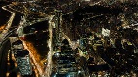 Intervallo con gli edifici per uffici, vista superiore di notte della città di Santiago de Chile archivi video