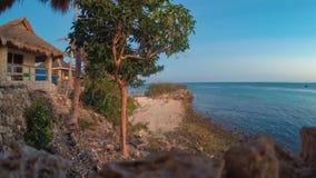 Intervallo di giorno & di notte della spiaggia di Filippine dell'isola di Malapascua della costa di mare & della gente video d archivio