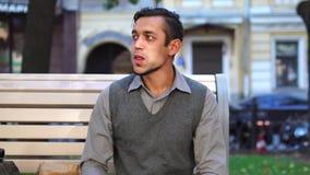 Intervallo di pranzo Un giovane impiegato di concetto che mangia pranzo e che beve caffè esterno in città archivi video
