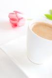 Intervallo per il caffè con un tulipano fotografia stock libera da diritti