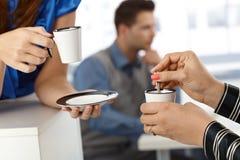 Intervallo per il caffè, primo piano sulla tazza e mano Fotografia Stock