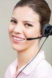 Intervenant du service client utilisant l'écouteur Photographie stock libre de droits