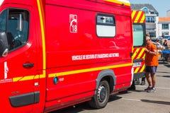 Intervención de un coche de bomberos después de un malestar Imagen de archivo libre de regalías