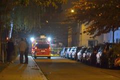 Intervención del bombero en la noche Foto de archivo