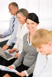 Interview-Geschäftsleute, die Studienreport warten Lizenzfreie Stockbilder