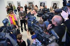 Interview im Ausstellungsraum Lizenzfreies Stockbild